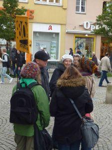 Gespräche-in-der-Einkaufsstrasse-5R